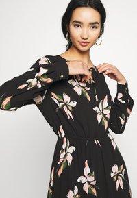 ONLY - ONLCARRIE TIE SHORT DRESS - Denní šaty - black/nature mix - 6