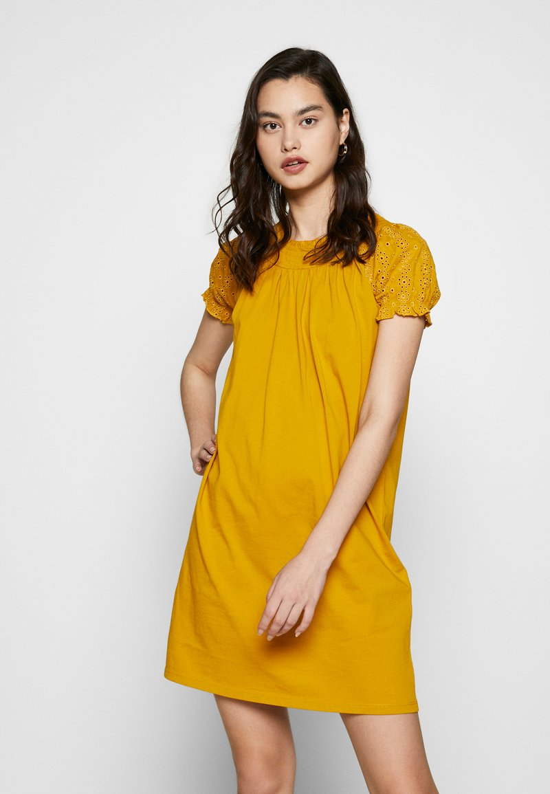 ONLY - ONLVANNA DRESS - Žerzejové šaty - golden yellow