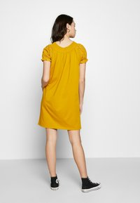 ONLY - ONLVANNA DRESS - Žerzejové šaty - golden yellow - 3