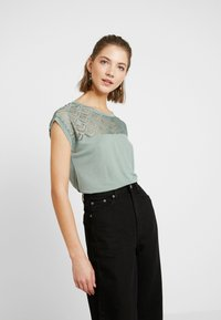 ONLY - T-shirt imprimé - chinois green - 0