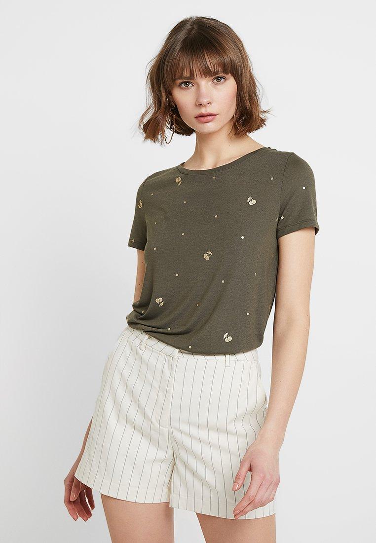 ONLY - ONLNEW ISABELLA  - T-shirt print - tarmac/gold cherries