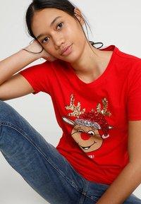 ONLY - ONLCHRISTMAS BLING BOX - Print T-shirt - goji berry - 3