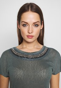 ONLY - ONLRILEY BLING - T-shirt con stampa - balsam green/embellishment - 3
