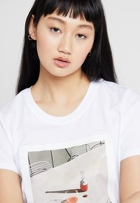 ONLY - ONLFRIDA - T-shirt con stampa - white/table - 3