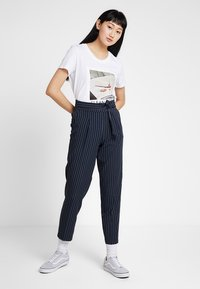 ONLY - ONLFRIDA - T-shirt con stampa - white/table - 1