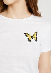 ONLY - ONLBONE BUTTERFLY PARIS  - Triko s potiskem - bright white