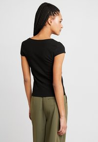 ONLY - ONLNELLA BUTTON - T-shirt con stampa - black - 2