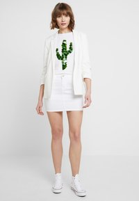 ONLY - T-shirt con stampa - bright white - 1