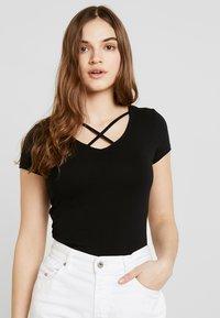 ONLY - ONLLIVE LOVE UP FRONT  - T-shirts med print - black - 0
