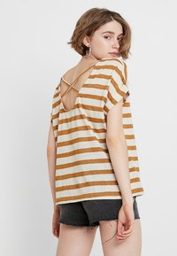 ONLY - ONLRILL CROSS BACK - Triko s potiskem - golden brown/cloud dancer