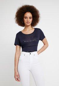 ONLY - ONLRILEY SEQUINS - T-shirt imprimé - night sky - 0