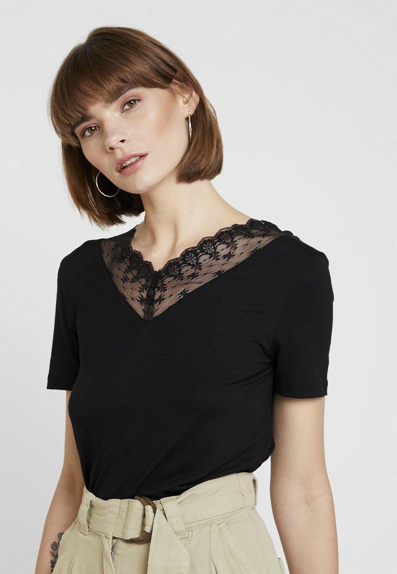 ONLY - ONLODELINA DETAIL - T-shirts print - black