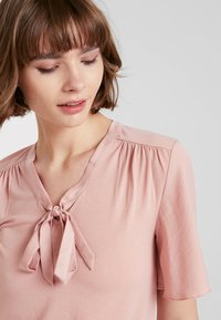 ONLY - ONLSISSY BOW - T-shirt print - misty rose - 3