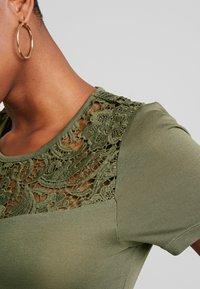 ONLY - ONLALBA MIX - T-shirt con stampa - kalamata - 4