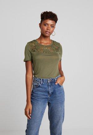 ONLALBA MIX - T-shirt z nadrukiem - kalamata