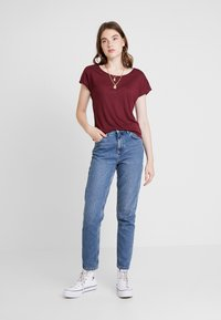 ONLY - ONLELENA - T-shirt med print - tawny port - 1