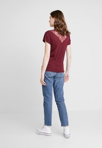 ONLY - ONLELENA - T-shirt med print - tawny port - 2