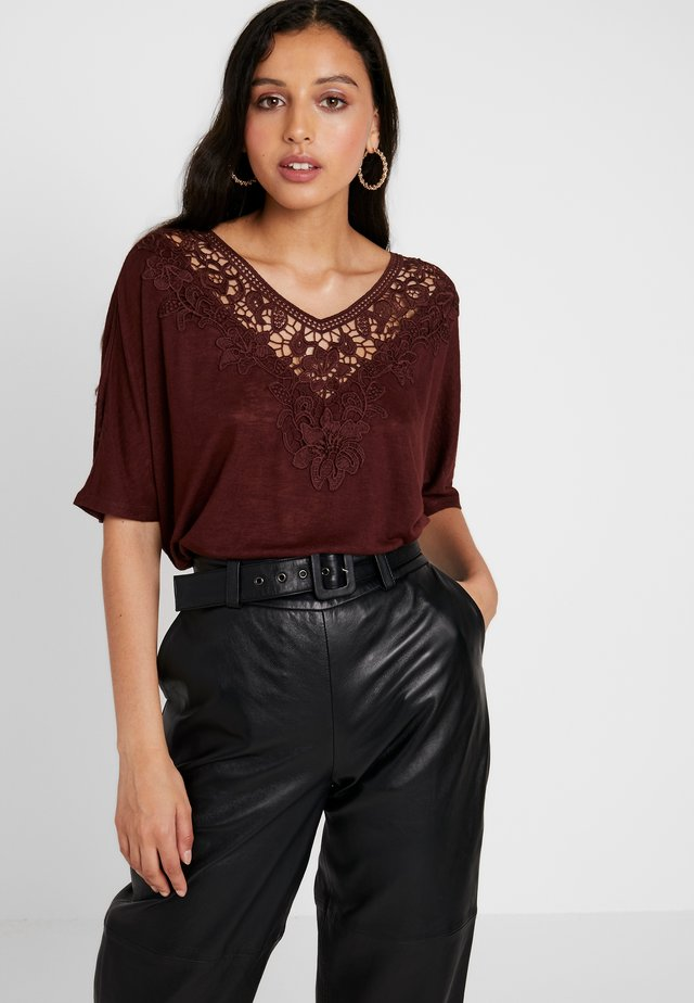 ONLCAMI LOOSE CROCHET - T-shirt con stampa - bitter chocolate