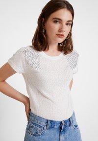 ONLY - ONLRILEY PEARL BOX - Print T-shirt - cloud dancer - 3