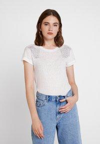 ONLY - ONLRILEY PEARL BOX - Print T-shirt - cloud dancer - 0