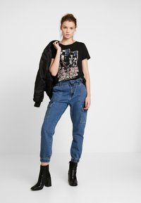 ONLY - ONLROLLING - Camiseta estampada - black - 2