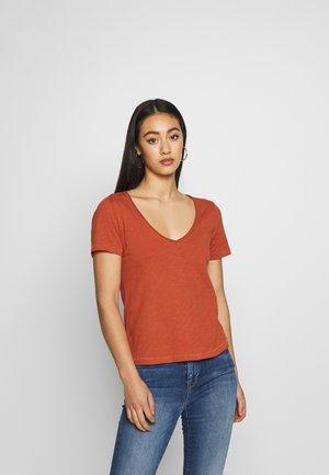 ONLWORLD LIFE V-NECK - T-shirt basic - hot sauce