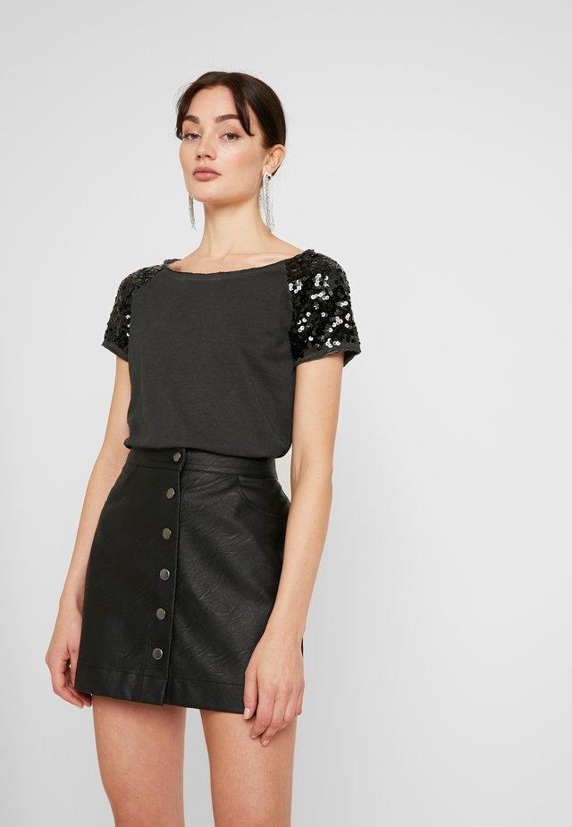 ONLJAMIE SEQUINS - T-shirt con stampa - black