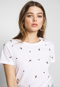 ONLY - ONLKITA LIFE BEE BOX - T-shirts med print - bright white - 3