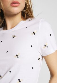 ONLY - ONLKITA LIFE BEE BOX - T-shirt con stampa - bright white - 5