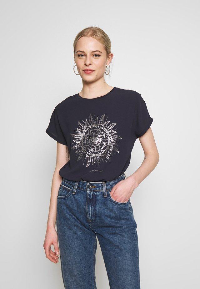 ONLCARIN LIFE  - Camiseta estampada - night sky