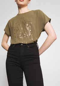 ONLY - ONLCARIN LIFE  - T-shirt con stampa - martini olive - 3