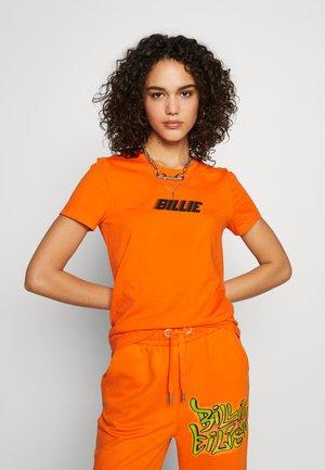 ONLBILLIE EILISH LOGO TOP - Camiseta estampada - orange