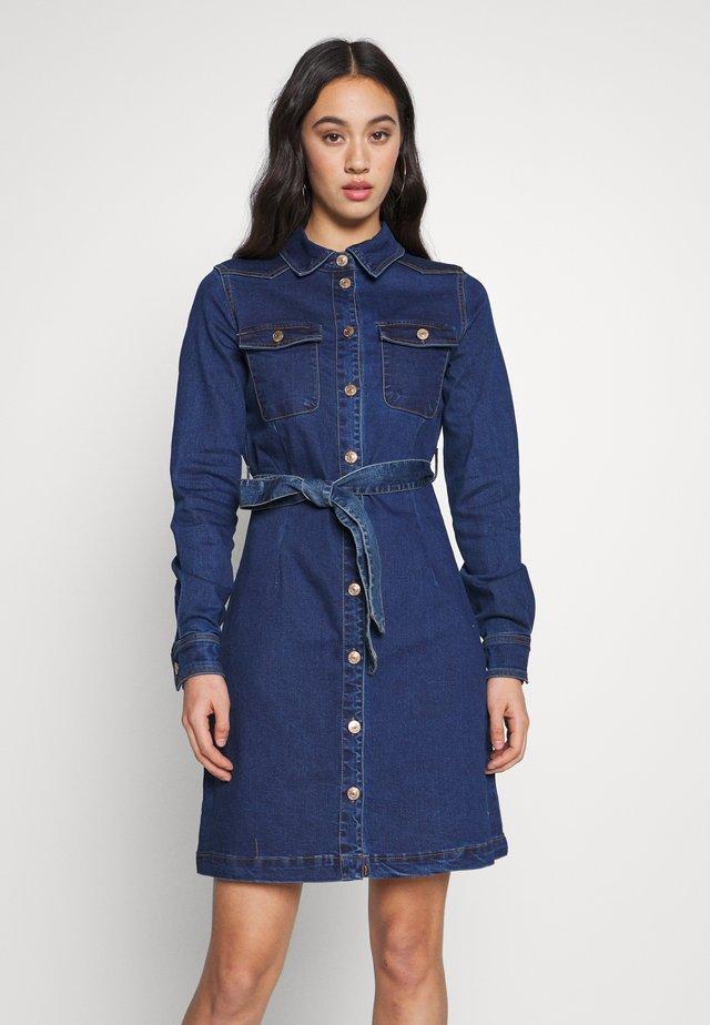ONLFEISTY BELT DRESS - Vestido vaquero - medium blue denim