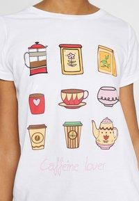 ONLY - ONLHAPPY ALL - Camiseta estampada - bright white/coffeine lover - 5