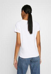 ONLY - ONLHAPPY ALL - Camiseta estampada - bright white/coffeine lover - 2