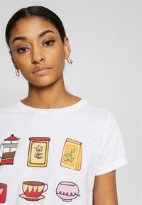 ONLY - ONLHAPPY ALL - Camiseta estampada - bright white/coffeine lover - 3