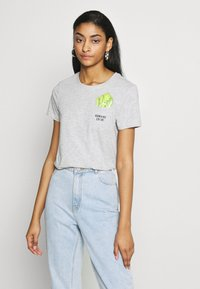 ONLY - ONLPOLLY LIFE - T-shirt con stampa - light grey - 0