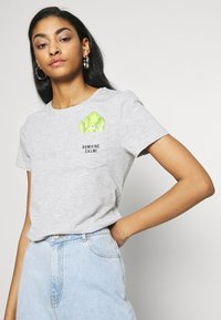 ONLY - ONLPOLLY LIFE - T-shirt con stampa - light grey - 4