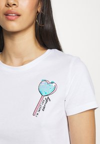 ONLY - ONLCINA LIFE BOX  - Print T-shirt - bright white/candy - 4
