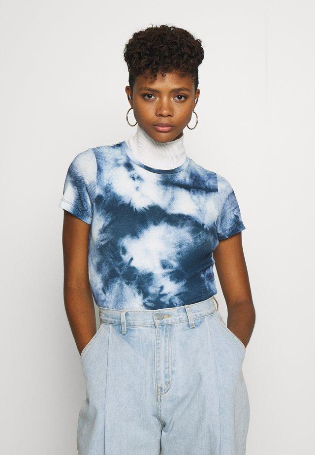ONLMOLLY TOP - Camiseta estampada - cloud dancer/tie dye blue