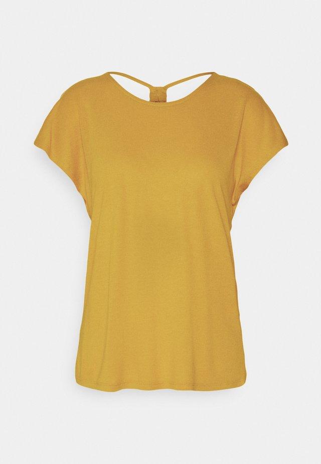 ONLCARRIE CROSS BACK - Camiseta estampada - golden spice