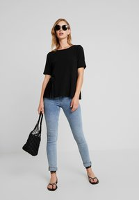 ONLY - ADELE PLEAT - T-shirts med print - black - 1