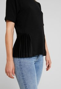 ONLY - ADELE PLEAT - T-shirts med print - black - 4