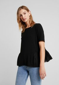 ONLY - ADELE PLEAT - T-shirts med print - black - 0
