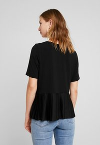 ONLY - ADELE PLEAT - T-shirts med print - black - 2