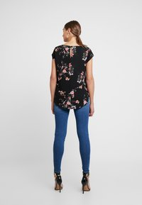 ONLY - ONLNOVA - Bluse - black/red flower - 2