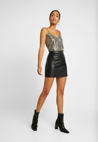 ONLY - SHINE SINGLET - Débardeur - black gold sequins - 0