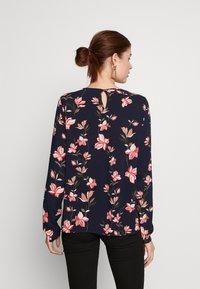 ONLY Tall - ONLNOVA  KEY HOLE TOP - Bluser - night sky/magnolia - 2