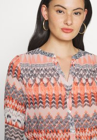 ONLY - ONLZAFFY - Bluser - cloud dancer/aztec - 5