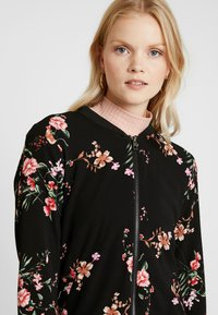 ONLY - ONLNOVA BOMBER JACKET - Bomberjakke - black/red flower - 4